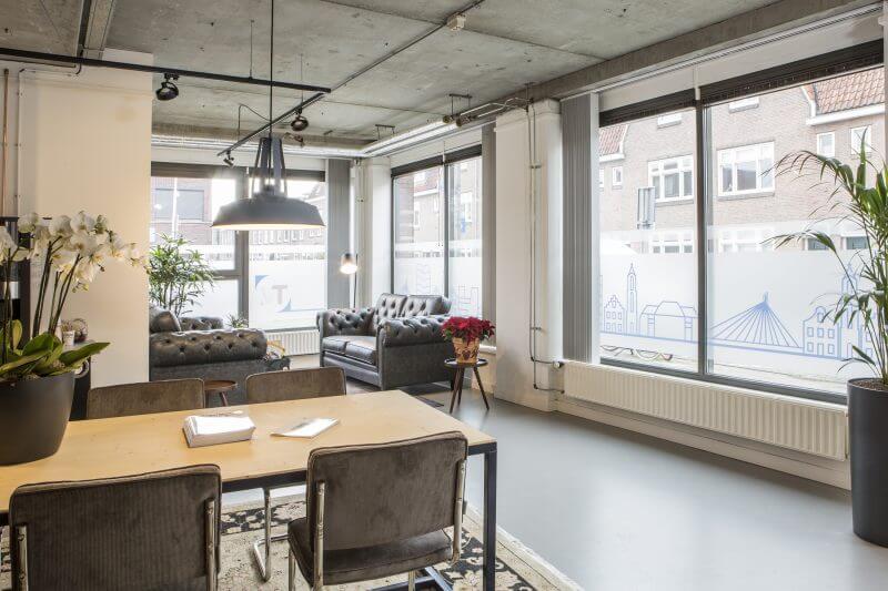 Kantoorinrichting huiselijk en professioneel door Haklander interieurbouw