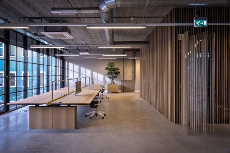 Verstelbare bureau's op maat | Interieurbouw Haklander