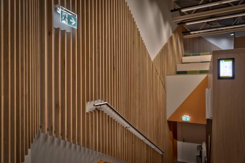 Lamellen trap opgang faculteit Amsterdam UMC - interieurbouw