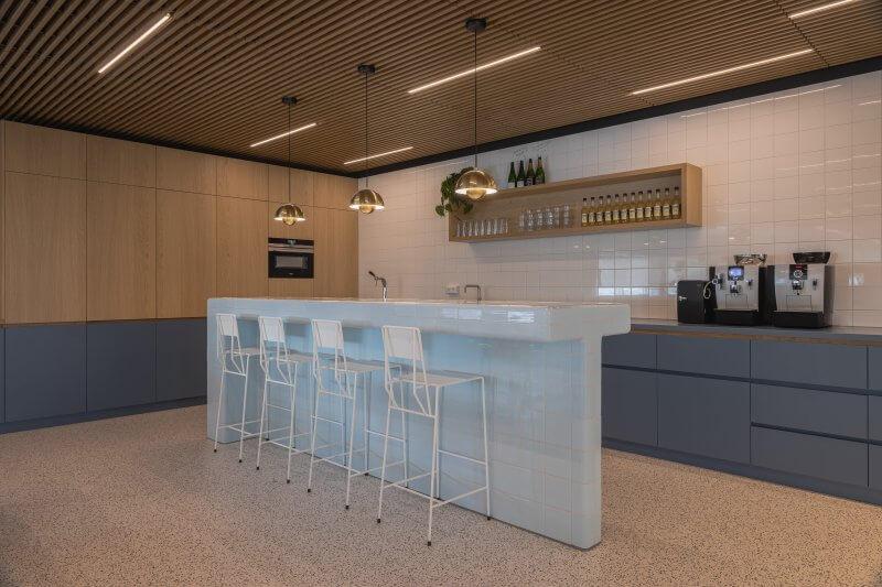 De DTile (3D design tegelsysteem) betegelde bar | Haklander Interieurbouw