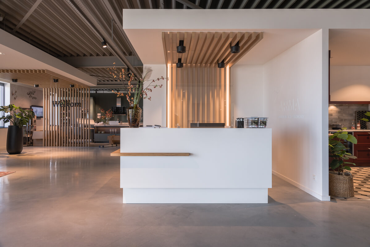 Maatwerk balie showroom | Interieurbouw Haklander