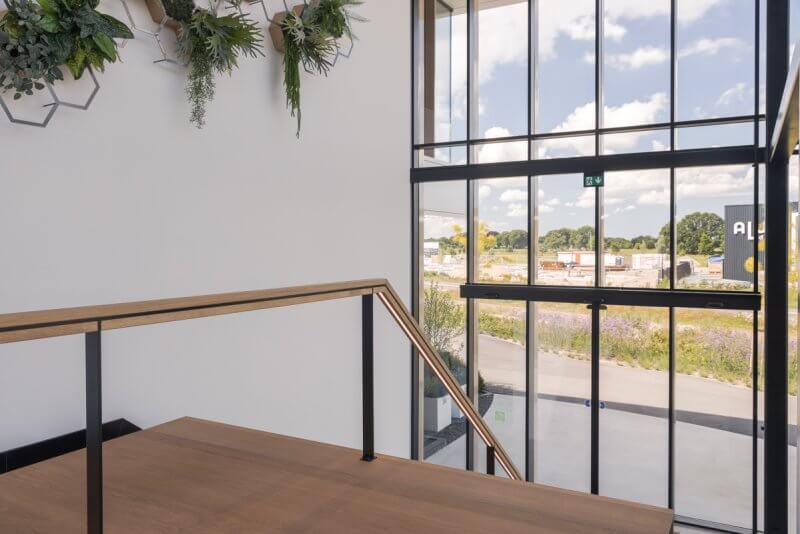Maatwerk trap voor showroom | Haklander Interieurbouw